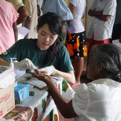 Projects Abroad intern assists with testing blood pressure and sugar levels in Sri Lanka whilst on her medical placement.